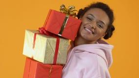 Χαμογελώντας γυναίκα σπουδαστής που κρατά τα παρόντα κιβώτια, πώληση αγορών, εορτασμός διακοπών φιλμ μικρού μήκους