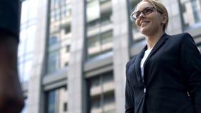 Χαμογελώντας επιχειρηματίας που συναντά το νέο πελάτη, διαπραγματεύσεις με τον επενδυτή, ξεκίνημα στοκ εικόνα με δικαίωμα ελεύθερης χρήσης