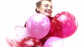 Χαμογελώντας και ευτυχή νέα μέρη εκμετάλλευσης γυναικών των ζωηρόχρωμων μπαλονιών, σε αργή κίνηση απόθεμα βίντεο