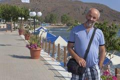 Χαμογελώντας ώριμο άτομο στον περίπατο Georgioupolis στοκ εικόνα με δικαίωμα ελεύθερης χρήσης