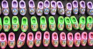 Χαρακτηριστικά ολλανδικά παπούτσια παραδοσιακά κόκκινα clogs του Άμστερνταμ που αγοράζονται ως δώρα αναμνηστικών στοκ φωτογραφία με δικαίωμα ελεύθερης χρήσης