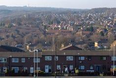Χαρακτηριστική κατοικήσιμη περιοχή στο UK με το μπλε ουρανό στοκ φωτογραφίες με δικαίωμα ελεύθερης χρήσης