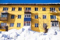 Χαρακτηριστικό κατοικημένο σπίτι στην αστική τοποθεσία Sheregesh στο βουνό Shoria, Σιβηρία στοκ φωτογραφία