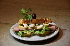Χαρακτηριστικό σάντουιτς ζαμπόν στοκ εικόνες