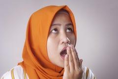 Χαριτωμένη ασιατική μουσουλμανική κυρία Check Her Own Breath μυρωδιά στοκ εικόνες