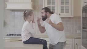 Χαριτωμένη συνεδρίαση κορών στον πίνακα που αφουγκράζεται τη συναισθηματική ιστορία πατέρων της και που έχει τη διασκέδαση toreth απόθεμα βίντεο