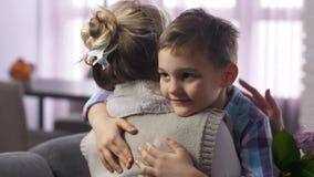 Χαριτωμένο αγόρι κινηματογραφήσεων σε πρώτο πλάνο που και που αγκαλιάζει η μητέρα απόθεμα βίντεο