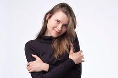 Χαριτωμένο ευρωπαϊκό κορίτσι που αγκαλιάζεται που στέκεται στο άσπρο υπόβαθρο στοκ φωτογραφία με δικαίωμα ελεύθερης χρήσης