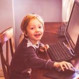 Χαριτωμένο παιχνίδι μικρών παιδιών στον υπολογιστή με την κάσκα στοκ φωτογραφίες με δικαίωμα ελεύθερης χρήσης