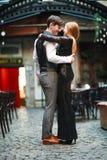 Χαρούμενα νέα ερωτευμένα χορεύοντας λατινικά ζευγών στην οδό βραδιού κοντά στον καφέ της παλαιάς πόλης στοκ εικόνες με δικαίωμα ελεύθερης χρήσης