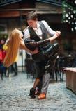 Χαρούμενα νέα ερωτευμένα χορεύοντας λατινικά ζευγών στην οδό βραδιού κοντά στον καφέ της παλαιάς πόλης στοκ φωτογραφίες