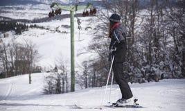 Χειμερινές διακοπές, χειμερινός αθλητισμός, κορίτσι που απολαμβάνουν τη θέα, προς τα κάτω να κάνει σκι, που εξετάζει τη διαδρομή, στοκ εικόνες