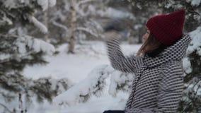 Χειμερινή διασκέδαση, ευτυχές παιχνίδι κοριτσιών με το χιόνι Παιχνίδι γυναικών ομορφιάς στο πάρκο στις χιονιές απόθεμα βίντεο