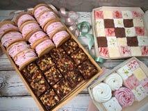 Χειροποίητα γλυκά, marshmallows, brownies Επίπεδος βάλτε τα τρόφιμα στοκ εικόνες