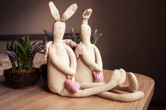 Χειροποίητα παιχνίδια κουνελιών λινού ζεύγους στοκ φωτογραφίες με δικαίωμα ελεύθερης χρήσης