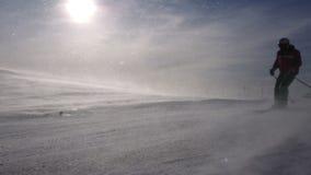 Χιονοθύελλα στην κλίση σκι απόθεμα βίντεο