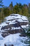 Χιονώδεις απότομος βράχος και δάσος σε Val Δαβίδ στοκ φωτογραφία με δικαίωμα ελεύθερης χρήσης