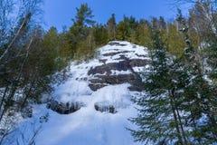 Χιονώδης απότομος βράχος σε Val Δαβίδ στοκ εικόνα