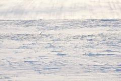 Χιονώδης λόφος με τα λωρίδες στον τομέα στοκ φωτογραφίες