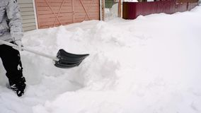 Χιόνι ατόμων trow με το φτυάρι απόθεμα βίντεο