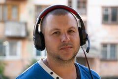 Χιπ-χοπ DJ με τα ακουστικά στο κεφάλι του στους ελέγχους Κάθετη όψη στοκ φωτογραφία