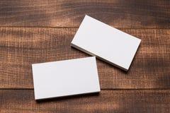 Χλεύη επάνω των επαγγελματικών καρτών στο ξύλινο υπόβαθρο στοκ εικόνες