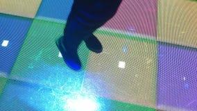 Χορεύοντας βήματα γυναικών στο κόμμα disco με τα τετράγωνα φωτισμού απόθεμα βίντεο