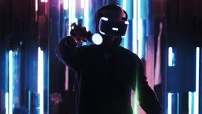 Χρήστης στην κάσκα VR στο πίσω φως φιλμ μικρού μήκους