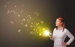 Χρησιμοποίηση του τηλεφώνου με τη χρυσή έννοια σπινθηρίσματος στοκ φωτογραφίες με δικαίωμα ελεύθερης χρήσης