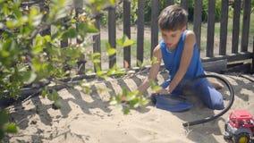 Χρησιμοποιώντας μια αντλία, ένα περίεργο παιδί διαμόρφωσε μια έκρηξη ηφαιστείων σε ένα Sandbox φιλμ μικρού μήκους