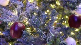 Χριστουγεννιάτικο δέντρο με τα παιχνίδια, φω'τα χριστουγεννιάτικων δέντρων με τα φω'τα, χριστουγεννιάτικο δέντρο, γιρλάντα σε ένα απόθεμα βίντεο