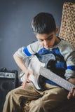 8χρονες βρετανικές ινδικές πρακτικές αγοριών η ηλεκτρική κιθάρα στο σπίτι στοκ φωτογραφίες με δικαίωμα ελεύθερης χρήσης