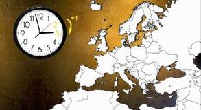 Χρόνος αποταμίευσης φωτός της ημέρας DST Ρολόι τοίχων που πηγαίνει στο χειμώνα Χρόνος στροφής μπροστινός στοκ φωτογραφία με δικαίωμα ελεύθερης χρήσης