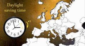 Χρόνος αποταμίευσης φωτός της ημέρας DST Ρολόι τοίχων που πηγαίνει στο χειμώνα Χρόνος στροφής μπροστινός στοκ εικόνα με δικαίωμα ελεύθερης χρήσης