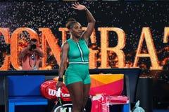 23-χρόνος ο πρωτοπόρος Serena Ουίλιαμς του Grand Slam των Ηνωμένων Πολιτειών γιορτάζω τη νίκη μετά από τον κύκλο αντιστοιχίας 16  στοκ φωτογραφίες