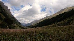 Χρόνος-σφάλμα βραδιού στα βουνά Dombai στο βόρειο Καύκασο πριν από τη βροχή Φαράγγι με το μέσο δάσος φιλμ μικρού μήκους
