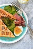 Χρόνος προγευμάτων Βάφλα με το prosciutto, τη σαλάτα και το αυγό για το πρόγευμα σε ένα συγκεκριμένο υπόβαθρο στοκ φωτογραφία με δικαίωμα ελεύθερης χρήσης