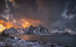 Χρώματα θαλασσίως κάπου σε Flakstad, νησιά Lofoten στοκ φωτογραφία με δικαίωμα ελεύθερης χρήσης