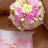 Χρυσά γαμήλια δαχτυλίδια και μια ανθοδέσμη της νύφης Ρόδινα και άσπρα τριαντάφυλλα στοκ εικόνες