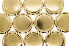 Χρυσά καπάκια βάζων στο άσπρο υπόβαθρο στοκ φωτογραφία