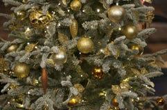 Χρυσά σφαίρες και κερί στο χριστουγεννιάτικο δέντρο νέο έτος διακοσμήσεων στοκ φωτογραφία με δικαίωμα ελεύθερης χρήσης