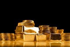 Χρυσές ράβδοι και σωρός των νομισμάτων Υπόβαθρο για την τραπεζική έννοια χρηματοδότησης Εμπόριο στα πολύτιμα μέταλλα στοκ φωτογραφίες