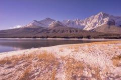 Χρυσή λίμνη Landsape ψεκασμού στα δύσκολα βουνά στοκ εικόνες με δικαίωμα ελεύθερης χρήσης