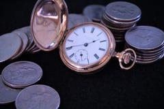 Χρυσή περίπτωση κυνηγών pocketwatch διπλή με τα νομίσματα στοκ εικόνα