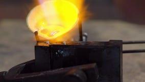 Χρυσοχόος που εργάζεται με ένα ατελές δαχτυλίδι φιλμ μικρού μήκους