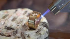 Χρυσοχόος που εργάζεται με ένα ατελές δαχτυλίδι απόθεμα βίντεο