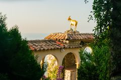 Χρυσό άγαλμα αιγών στο όμορφο και ιστορικό χωριό Eze στοκ εικόνα