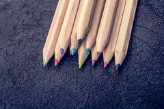 Χρωματισμένα μολύβια για τη δημιουργικές ιδέα και την έννοια Σχεδιασμός και ζωγραφική στοκ εικόνες