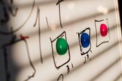 Χρωματισμένοι μαγνήτες στον πίνακα στοκ εικόνα