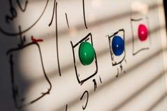 Χρωματισμένοι μαγνήτες στον πίνακα στοκ εικόνες